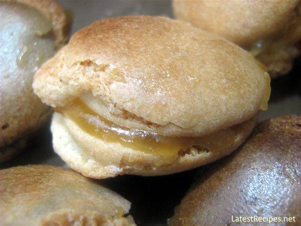 french_almond_macaroons_with_kaya_filling